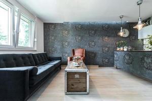 lägenhet inredning med läder fåtölj foto