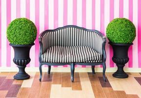 vintage soffa på den färgglada väggen foto