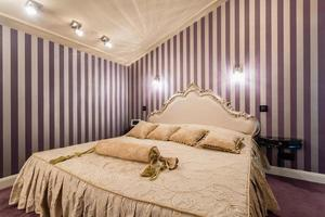 säng i barock stil foto