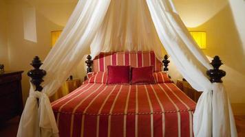 klassisk lyxig säng i himmel i Florens, Italien foto