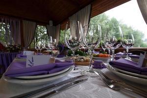 bordsuppsättning och sallad för bröllopsmottagning foto