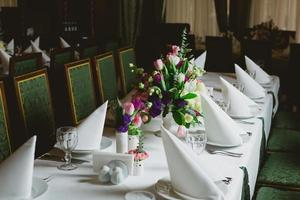 vackra blommor på bordet foto