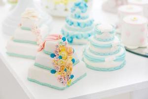 vacker bröllopstårta vit foto