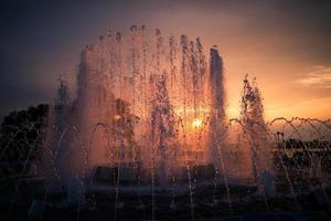 stadens fontän vid solnedgången.