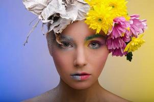 kvinna med kontrastvisage foto