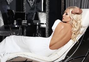 vacker flicka med blont hår i vit klänning foto