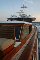 klassisk motorbåt till sjöss foto