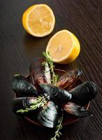 musslor i skalet med citron foto