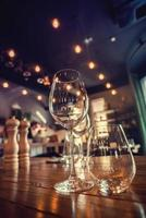 närbild bild av tomma glas i restaurangen foto