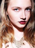 porträtt av vacker ung flicka med blont hår och fräknar foto