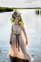 vacker ledsen kvinna med blomma krans foto