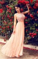 vacker brud i lyxig klänning poserar bredvid en rosas vägg foto