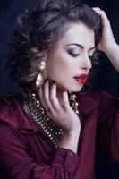 skönhetsrik brunettkvinna med mycket smycken