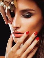 skönhet ung kvinna med smycken på nära håll, lyx porträtt av