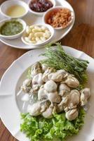 färsk ostron med thailändsk stil på sidan foto