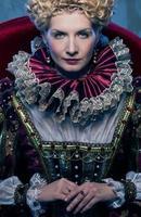 hennes kungliga höghet sitter på tronen foto