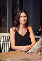 kvinna som äter middag på en romantisk restaurang