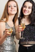 festflickor med champagne foto