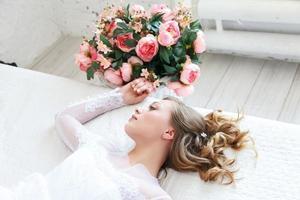 ung brud i en vit klänning foto