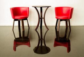 modern röd stol och betongvägg
