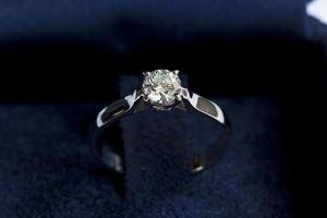 ädelring med diamant foto