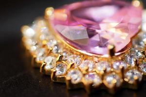 juvelrosa hjärtkristall omgiven av små diamanter foto