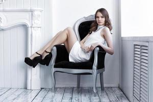 ung vacker kvinna i vit kort klänning foto