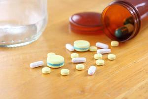 medicin på träbord foto