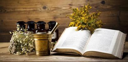 örtmedicin och bok foto