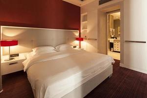 lyxigt hotellrum med dubbelsäng och badrum foto
