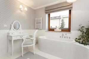Toscana - badrum med toalettbord foto