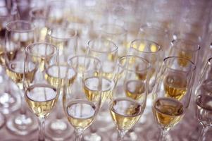 många glas vin foto