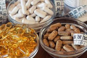 kosttillskott i kapslar och tabletter. foto