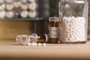 homeopatiska flaskor och piller foto