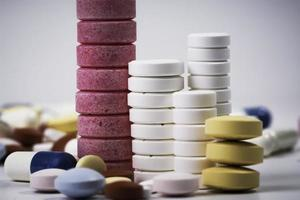 staplade piller och tabletter foto