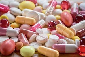mångfärgade piller och kapslar foto