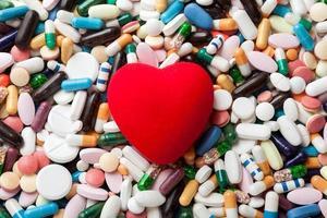 rött hjärta på piller foto