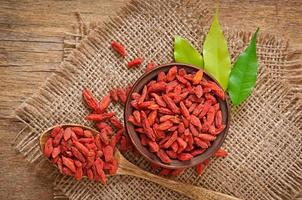 röd torkade goji bär i träsked foto