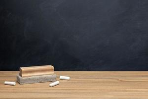 krita och radergummi på träskrivbord foto