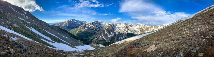 snöklädda berg under dagen foto