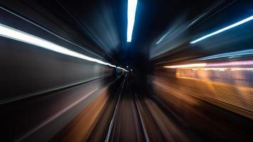 lång exponeringsfoto av tunnelbanan foto