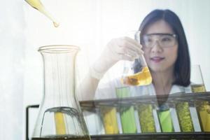 kvinna forskare håller glasflaskan foto