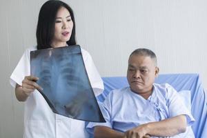 läkare som visar röntgen till patienten
