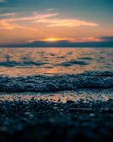 vågor kraschar på stranden foto
