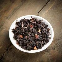 svart te med röd frukt foto