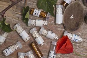 flaskor med homeopatikulor foto