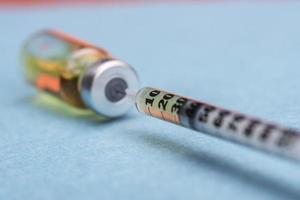 spruta som extraherar serum från en ampull