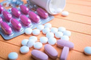 färgglada piller och tabletter på bakgrund foto