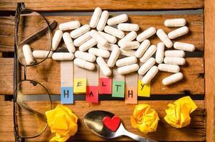 friskt alfabet och kapsel läkemedel med glasögon foto