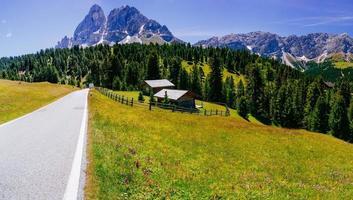 charmigt hus i Alperna foto